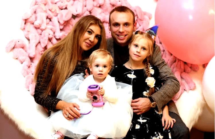 Денис Глушаков с женой и детьми
