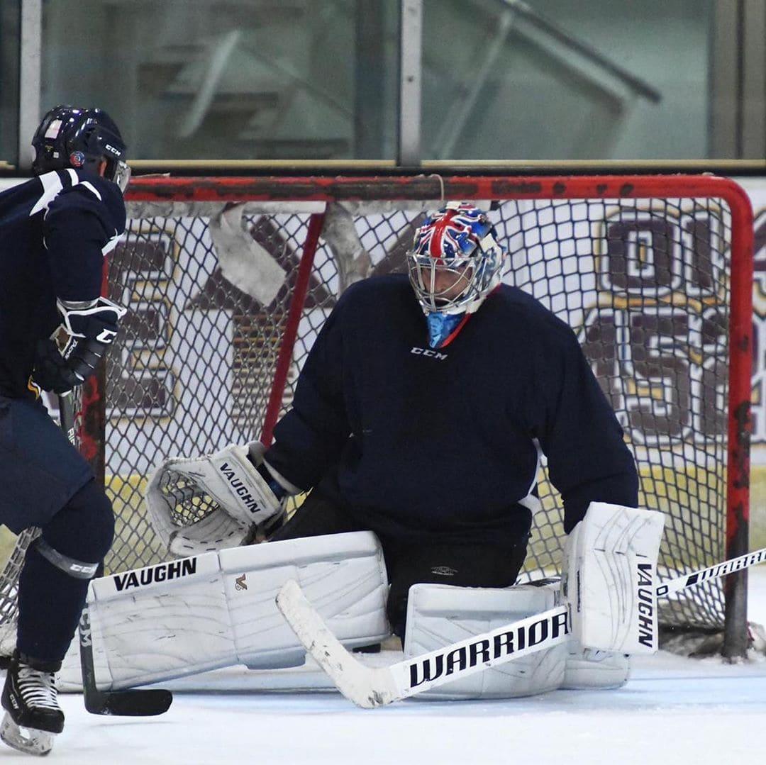 Петр Чех играет в хоккей