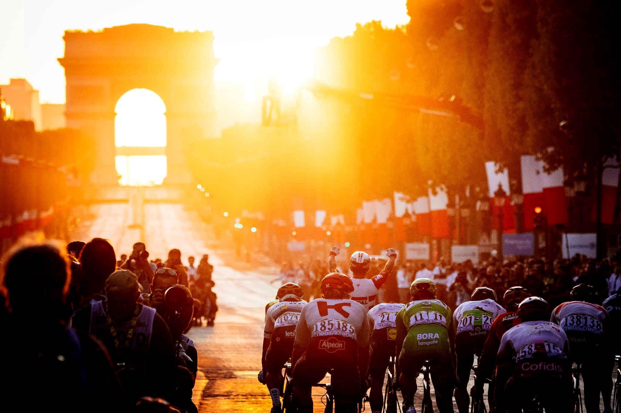 Велогонки на Бетслив В разделе Велогонки на Бетслив размешены новости, обзоры и расписание самых попу-лярных в мире велоспортивных соревнований: Тур де Франс, Чемпионата мира по ве-лошоссе, Джиро'д Италия и других. H3: Велогонки на Бетслив: интересные факты Существует несколько видов велогонок: однодневки, многодневки и так называемые гранд-туры – супермногодневки. Трассы в велогонках отличаются по протяженности, профилю (горы, холмы или равнины) и виду дорожного покрытия (асфальт, грунт, булыжная мостовая). Гранд-туры обычно включают в себя разные по сложности, профилю и продолжительности этапы. Велоспортсмены состязаются между собой на национальных первенствах, Чемпионате мира, Олимпийских играх и других соревнованиях. Элитные шоссейные велогонки входят в Мировой тур UCI. Самыми престижными среди всех велогонок являются три гранд-тура: • Тур де Франс • Джиро'д Италия • Вуэльта Испания Победа на любом из них более почетна, чем победа на Олимпиаде. Каждый из гранд-туров – это трехнедельный заезд, который состоит из 21 этапа, проходящего на равнин-ной, холмистой, среднегорной или высокогорной местности. Общая протяженность маршрута гранд-тура – несколько тысяч километров. Интересные факты о Тур де Франс для читателей раздела Велогонки на Бетслив: • Первую гонку Тур де Франс организовала газета L'Auto – для привлечения чита-телей • В мире есть всего четверо спортсменов, которые смогли победить в общем зачете 5 раз – это рекорд • Во время заезда вдоль трассы выстраиваются около 12 миллионов зрителей. В разделе Велогонки на Бетслив вы найдете расписание, результаты и новости гранд-туров и других велоспортивных соревнований. Подпишитесь на нас в соцсетях и сохра-ните страницу в закладки, чтобы следить за велогонками было еще удобнее!