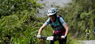 70-летняя велосипедистка проехала по Дороге смерти