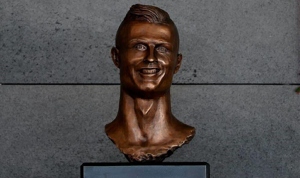 статуя криштиану роналду в аэропорту