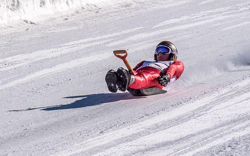 Самые необычные зимние виды спорта - Скоростной спуск на лопате
